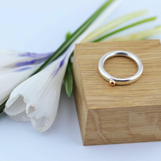 Žiedas su aukso taškeliu
